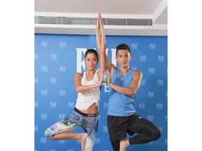 七夕前夕 名模王麗雅和水男孩熱情互動 帶頭做FIJI Water水瓶雙人瑜珈操 桃花指數破表!