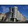 """【歐洲,捷克】在布拉格美醜很絕對的建築""""跳舞的房子""""樓上的餐廳Ginger & Fred Restaurant吃晚餐,遲來的夢想,還是達成了。"""