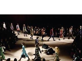 BURBERRY 的最新服飾系列在秀上發表後,於倫敦攝政街旗艦店提供預訂服務