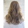 大捲長髮再加上淡色髮與輕盈瀏海