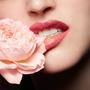 完美疊擦幻彩玫瑰躍上唇瓣,蘭蔻金、銀、紫 3 大金屬色限量釋出!